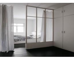 Белая перегородка лофт с зонирования спальни