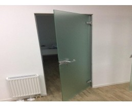 Стеклянная дверь в тонкой коробке