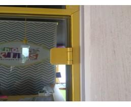 Жёлтая дверь в тонкой коробке