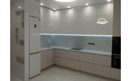 Белая глянцевая кухня без ручек, встроенная техника. Видео