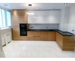 Угловая кухня с крашеными и шпонированными фасадами