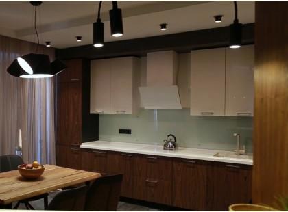 """Современная встроенная кухня с шпонированными фасадами """"Орех американский"""""""