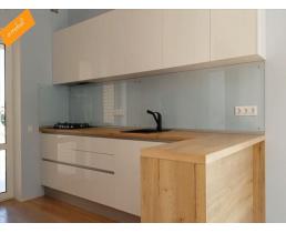 Белая глянцевая кухня без ручек, с древоподобной столешницей Egger. Видео.