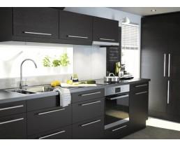 Чёрная прямая кухня с окном