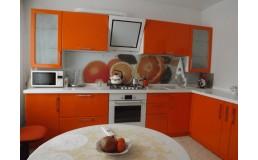 Оранжевая кухня с крашеными фасадами, угловые кухни