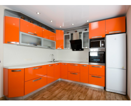 Оранжевая угловая кухня до потолка