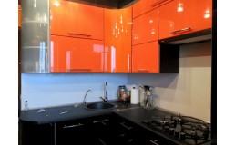 Оранжевая угловая кухня с ручками