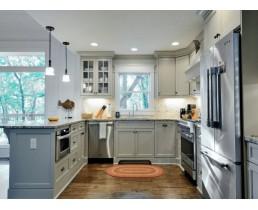 П-образная серая кухня с окном