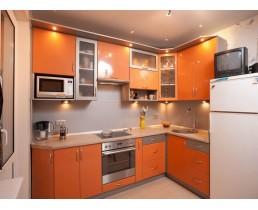 Угловая кухня до потолка, оранжевая кухня