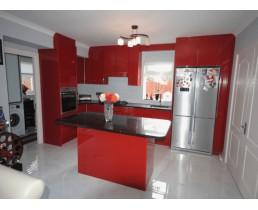 Угловая кухня с окном, кухни с крашеными фасадами