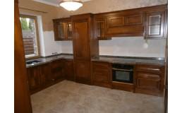 Угловая кухня с окном в классическом стиле