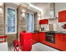 Угловая кухня с окном,красная кухня