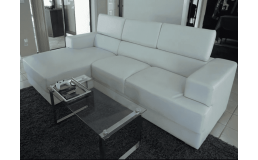 Современный белый диван из натуральной кожи.