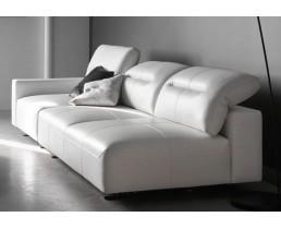 Белый кожаный диван в современном стиле.