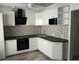 Недорогая кухня с  белыми крашенными глянцевыми фасадами МДФ. Видео.