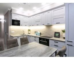 Белая матовая кухня со встроенной техникой. Фасады МДФ с фрезеровкой. Видео.