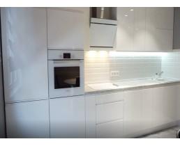 Современная белая глянцевая кухня с крашеными фасадами и встроенной техникой. Видео.