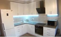Белая кухня с белым холодильником