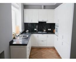 Белая матовая кухня с окном