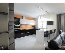 Черно белая глянцевая кухня из акрила