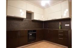 Угловая глянцевая кухня с фасадами  AGT Шоколад и Бьянко.