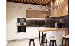 Встроенная кухня с белыми матовыми и древоподобными фасадами