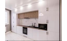 Встроенная белая глянцевая кухня.