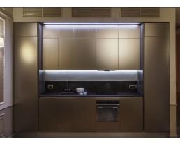 Встроенная кухня в современном стиле, с матовыми фасадами Alvic цвета базальт Metaldeco