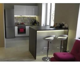 Белая кухня в хрущевку. Кухня без ручек с крашеными фасадами