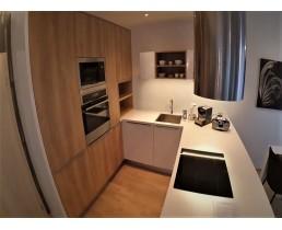 Современная кухня на заказ с фасадами Alvic Supermatt и панелями Skin