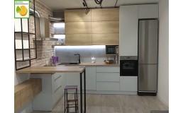 Кухня с барной стойкой, до потолка. Кухня без ручек с фасадами Egger и AGT Soft Touch