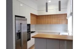 Кухня со встроенной техникой. Кухня без ручек. Кухня до потолка