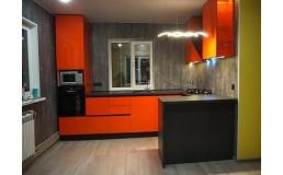 Яркая кухня без ручек с акриловыми фасадами Orange