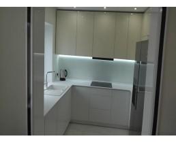Белая кухня до потолка. Кухня без ручек (Push to open)