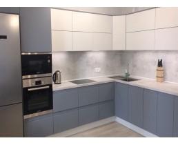 Кухня с крашеными матовыми фасадами серого и белого цвета