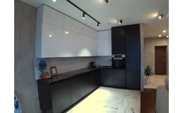 Кухня с черными матовыми и белыми глянцевыми фасадами AGT. Видео.