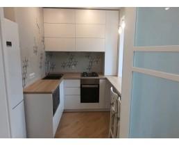 Кухня без ручек (до потолка) в маленькую квартиру, хрущевку.