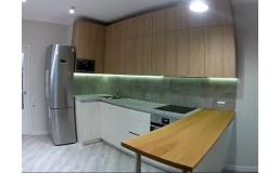 Кухня с барной стойкой. Угловая кухня до потолка