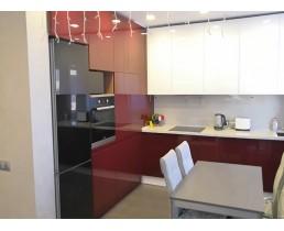 Красно белая дизайнерская кухня до потолка. Акриловые фасады