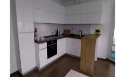 Угловая белая кухня без ручек. Кухня с барной стойкой