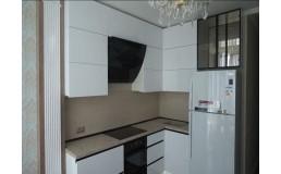 Угловая кухня до потолка. Кухня без ручек с черным профилем Gola