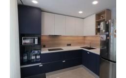 Угловая кухня с белыми и фиолетовыми фасадами