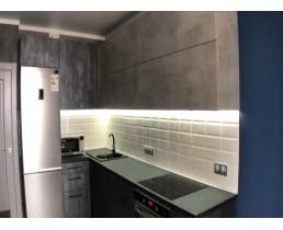 Угловая кухня до потолка с фасадами Alvic из коллекции Jade