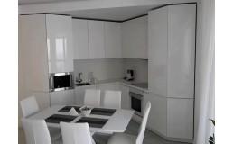 Белая дизайнерская кухня до потолка