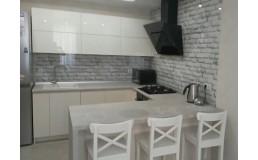 Кухня без ручек с фасадами из акрила, ручка Gola