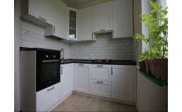 Белая кухня с фасадами Фарфор структура. Видео