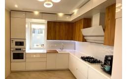 Белая глянцевая кухня без ручек до потолка. Фасады МДФ и Egger. Вита Почтовая