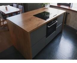 Встроенная кухня без ручек с крашеными фасадами и островом в стиле Loft