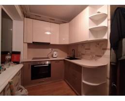 Глянцевая кухня на заказ в маленькую квартиру (хрущевку) ул. Г. Юры.  Видео