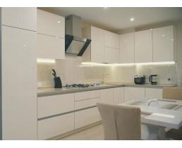 Акриловая кухня на заказ. Белая кухня без ручек с фурнитурой Blum и фасадами Niemann